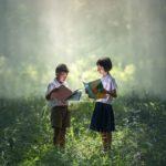 Enfants lisant au milieu d'une forêt Photo par Sasint https://pixabay.com/fr/livre-asie-enfants-les-gar%C3%A7ons-1822474/