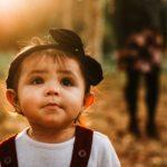 Un enfant découvre son environnement